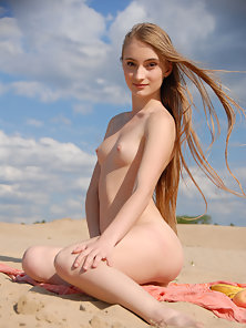 Brown Headed Babe Demonstrate Her Assets on Beach