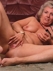 Mature Granny Showing His Naked Figure As Well As Shaved Pussy
