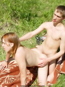 Naked Handsome Twinks Enjoys Butt Hammered Outdoors