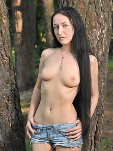 Entrancing Teen Gets Naked And Shows Off Her Pussy Outdoor