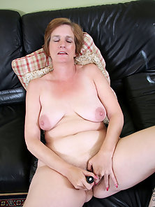 Short Hair Mature Lady Masturbating Herself for Fun
