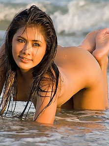 Beautiful Slut Posed Nakedly in Sea for Photoshoot