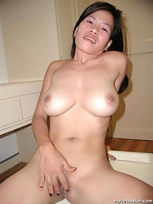 Brunette Chick Squeezed Her Round Boobs on Webcam