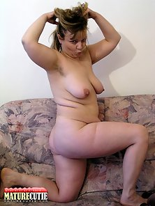 Fatty MILF Stretched Her Juicy Pussy in Bend Style