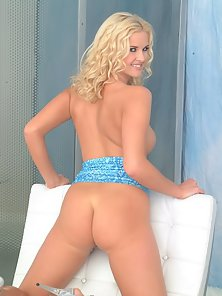 Dazzling Blonde Chick Rubbed Herself in Delectation Mood