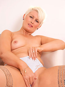 Stockings Wearing Mature Sally Taylor Stretched Her Tight Muff