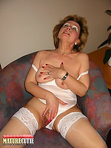 Stockings Wearing MILF Masturbates Herself on Webcam
