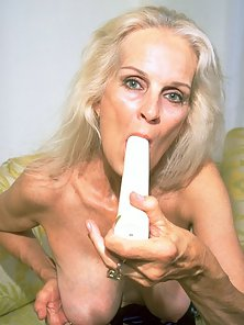 Naughty MILF Rubbed Her Juicy Pussy on Couch