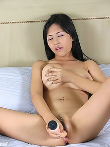 Asian Teen Demonstrate Her Saggy Snatch on Bed