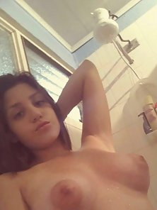 Paja femenina in the shower