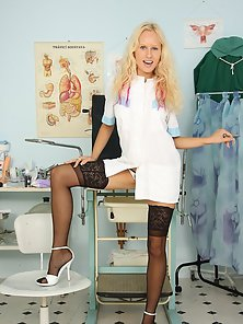 Stockings Wearing Blonde Babe Demonstrates Expand Pink Twat