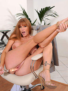 Stunningmilf Darla Crane gets nude and stuffs her moist pussy with a big dildo