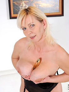 Lustful blonde dame stuffs her cougar pussy with a vibrator