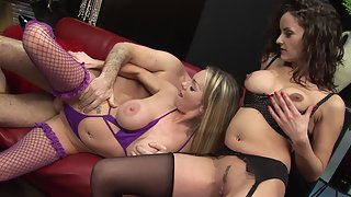 Older dude fucks amazing babes on red couch
