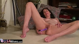 Sexy Mature Lady Puts a Big Dildo in Her Tight Twat in Solo