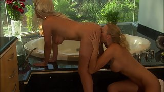Horny lesbian cuties get eaten out in the bath