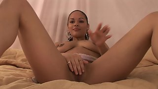 Curvy ebony babe gets her pussy rubbed